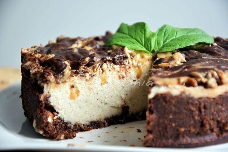 KARAMELOVÝ KOLÁČ (kokos, kakao, mandle, škorica, datle; kokos. olej, kakaové maslo, konopné semienko, kešu, med, vanilka, kardamom, citr. šťava; čokoláda; slnečnica, med; datlový sirup, tahini, kešu maslo)