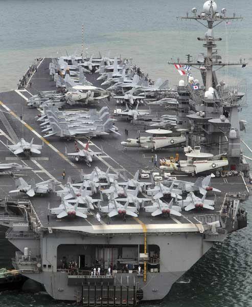USS Jorge Washington, un portaaviones de propulsión nuclear de 97,000 toneladas de la 7a flota estadounidense, llega a un puerto naval de Corea del Sur en Busan, el sudeste de aproximadamente 420 kilómetros (de 262 millas) de Seúl el 27 de junio de 2012.