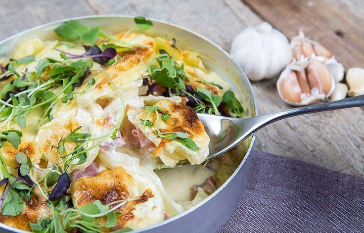 Valkosipulisen kinkkukiusauksen voit tehdä jo etukäteen valmiiksi ja lämmittää perheelle arki-illan ruokana! Tarjoa raikkaan vihersalaatin kanssa! #cremebonjour #tuorejuusto #cremefraiche #arki #arkiruoka  www.cremebonjour.fi