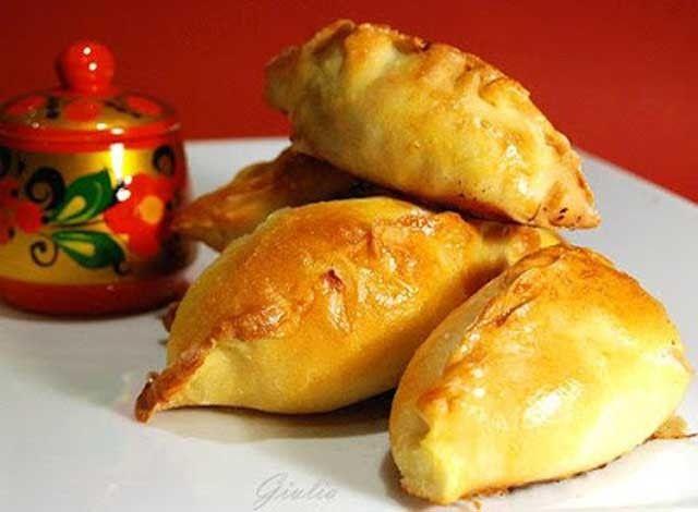 I Pirozhki sono un piatto tradizionale russo. Questo è un po' il mio piatto del cuore, legato alla mia famiglia d'origine e alle amicizie d'infanzia. Si tratta di una sorta di panini di pasta lievitata, soffici e di solito ripieni di carne e/o verdure.