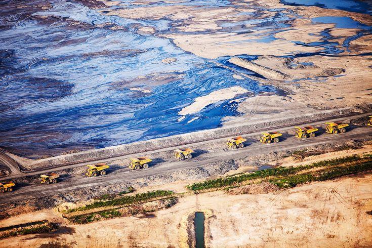 Alberta, Canadá: La búsqueda destructiva de petróleo ha convertido esto en un páramo tóxico. Los camiones hacen cola para cargar las arenas contaminadas.