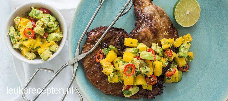 Oosters gemarineerde karbonades van de BBQ met een fris pittige mango salsa met koriander.