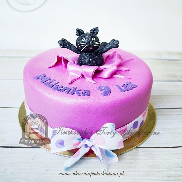 100BD Tort z wyskakującym kotem. Birthday Kitty popping out of the cake.