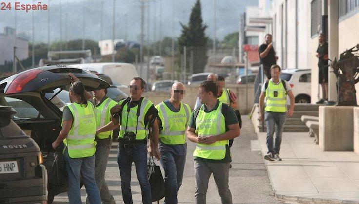 La Guardia Civil inspecciona furgonetas en los alrededores de varias imprentas de Barcelona