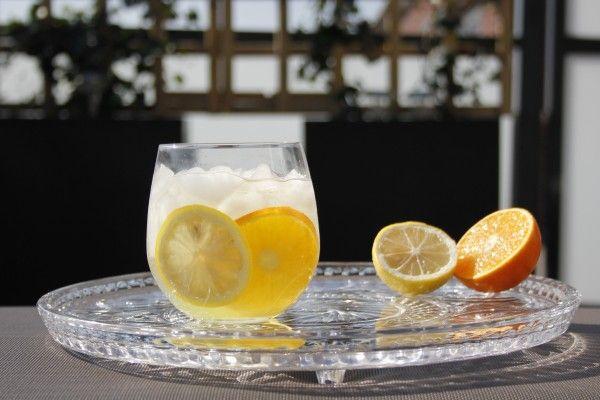Heerlijk zomerse cocktail: De Limoncello Summer Punch. Met veel vers fruit, Limoncello en Cava. Probeer de cocktail zeker een keer thuis te maken!