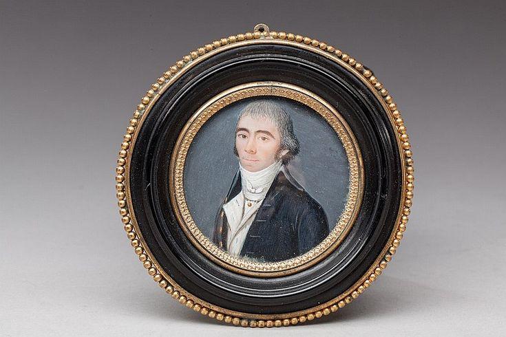 """Ecole française, vers 1800.  <br>""""Portrait de gentilhomme"""".  <br>Miniature sur ivoire.  <br>Diam: 4,5 cm.  <br>Cadre en bois noirci à décor de perles en laiton doré.  <br>"""