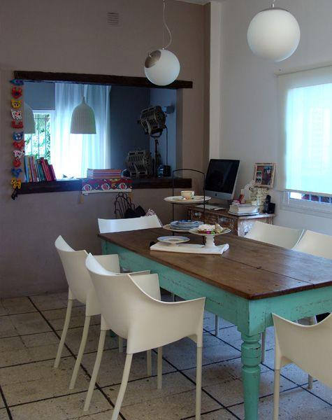 Tengo en mente una mesa así. Buena idea pintarla de este color y acompañarla de estas sillas Blancas. (Nota Metal)