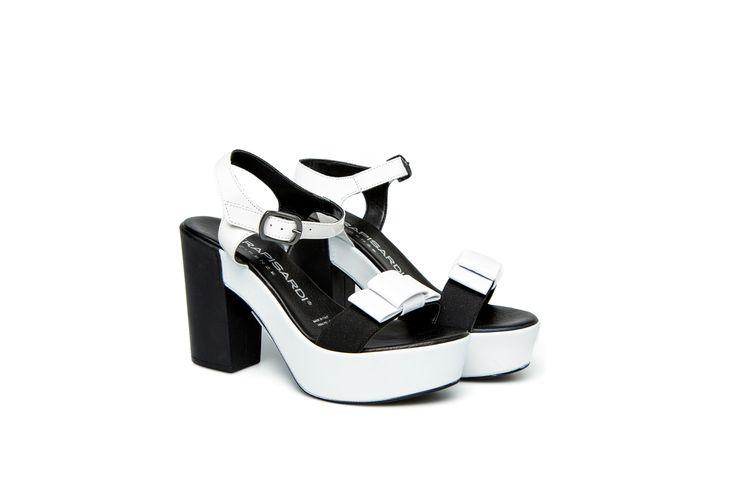 CAROL sandali con tacco e cinturino alla caviglia bianco CAROL sandals with platform and ankle strap in bianco
