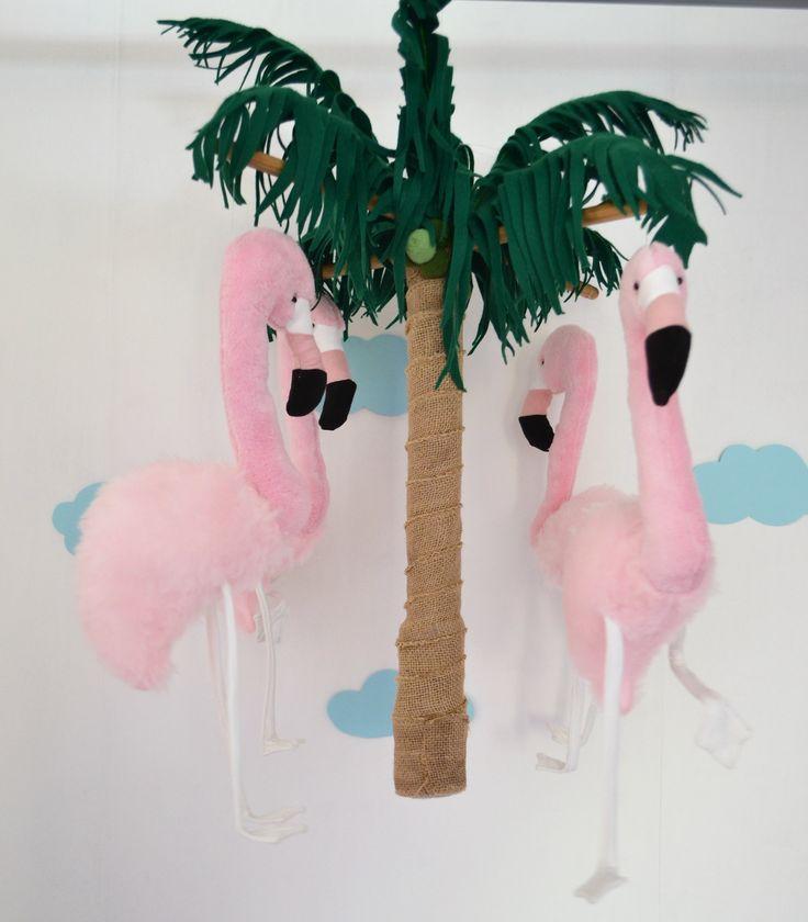 Donzige mobiel met vier tropische flamingo's in zacht rose, die vrolijk dansend verkoeling zoeken onder de ronddraaiende palmboom.