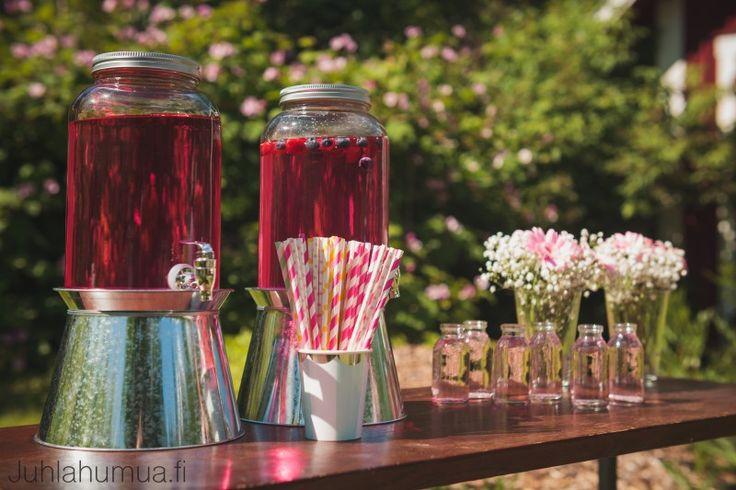 Värikäs juhlakattaus / colorful table setting - Juomapöytä ilahduttaa vieraita etenkin kesällä.  #juhlahumua #party #summerdrinks  #juhlat #gardenparty #puutarhajuhlat