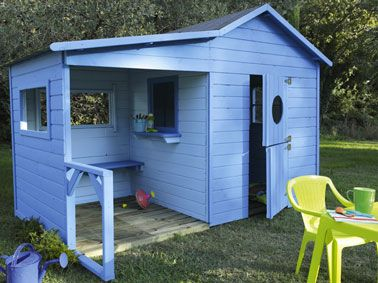 cabane de jardin en bois pour enfant avec terrasse abritée. Murs bois...