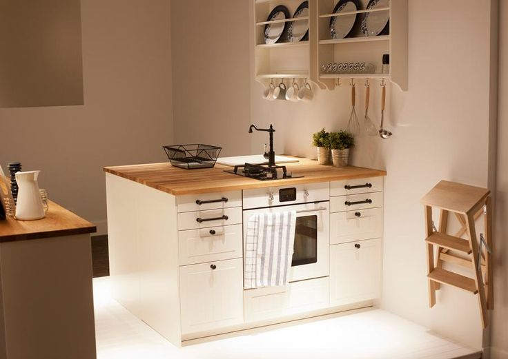 Кухня с островом в классическом скандинавском стиле - Методы шкафов с фронтов BODBYN кремового цвета.