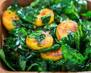 Salade régime de chou kalé à la banane plantain rôtie