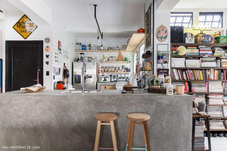Cozinha integrada tem bancada de concreto, banquetas DIY com pezinhos pintados e subway tiles.