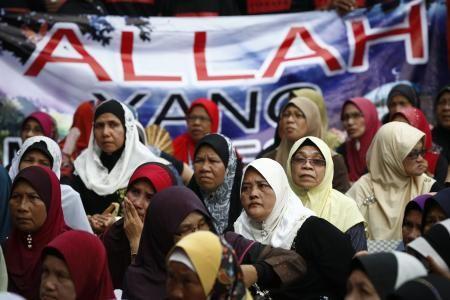 23日、マレーシア・プトラジャヤの連邦裁判所近くで、「アラー」と書かれた横断幕を掲げるイスラム教徒の女性(AP=共同) ▼23Jun2014共同通信|異教徒の「アラー」使用禁止 マレーシア最高裁、神呼称で判決 http://www.47news.jp/CN/201406/CN2014062301002409.html