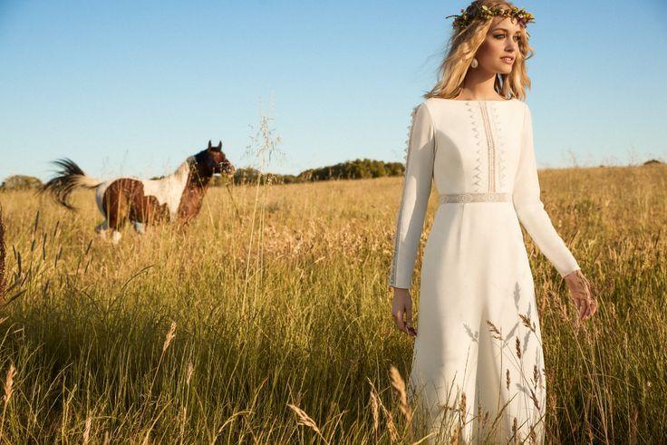 Rembo styling — Kollektion 2017 — Suzanne: Sehr außergewöhnliches Crepe Kleid mit Spitzendetails und einem atemberaubenden Rückenausschnitt.