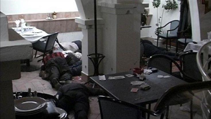 DUNAJSKÁ STREDA – Osemnásť rokov uplynulo od masakry v dunajskostredskej reštaurácii Fontána. Zomrelo pri nej až desať členov gangu Pápayovcov. Po 18-tich rokoch sa na internete objavilo necenzurované video z miesta činu. Varovanie: Video nie je vhodné pre osoby mladšie ako 18 rokov!