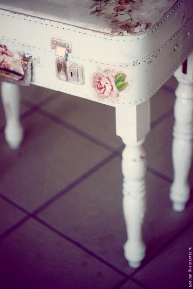 Небольшой мастер-класс по созданию винтажного столика из старого чемодана. Вам понадобятся: -старый бабушкин чемодан - ножки -белая эмаль -декупажные салфетки -ПВА -кисти -наждачная бумага -акрил золотого цвета 1)Для начала покрасим наш чемодан белой эмалью.Можно использовать любую другую краску с хорошей покрывающей способностью.Достоинством эмали является получаемая в итоге глянцевая поверхность.