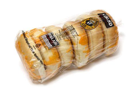 チーズベーグル 2つ組み合わせて680円 コストコのバラエティベーグルの定番商品、チーズベーグルです。コストコでは常時4種類のベーグルが陳列されていまして、その中から2種類選んで12個セット680円で販売されています。 ベーグルの種類はとき
