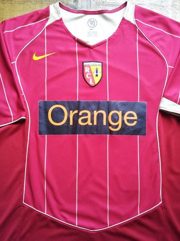 Relive RC Lens' 2005/2006 season with this vintage Nike home football shirt.