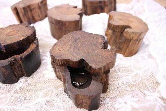 Boîte de bague de mariage, proposition bague de boîte, boîte d'anneau gravé personnalisé, boîte porteur d'anneau, bague de boîte en bois, boîte à bagues en bois rustique, petit arbre bague, fiançailles, proposition, personnalisé bague coffret avec des initiales, boîte de bague monogramme  Ces boîtes mignon anneau sont une façon magnifique de tenir vos nouvelles bandes de mariage ! Gravée sur une boîte de bois véritable que ce cadeau personnalisé gravé ne manquera pas daccentuer une cérémonie…