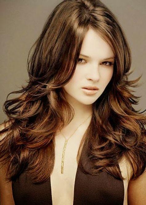 Una de las tendencias de esta temporada es el corte de pelo en capas. Es un estilo que ha ido y venido a traves de los años. Se hizo popular en los años 70 y se le conocía como corte chagui. Es un estilo sumamanete favorecedor y femenino. Aporta volumen y movimiento al cabello. Ofrece …