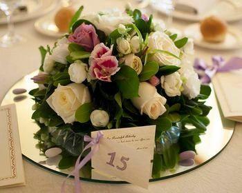 Mise en place di matrimonio: centrotavola con fiori e specchio