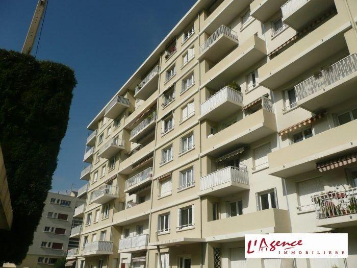 Bureau De Vente Swanky De Condominiums Par La Mer