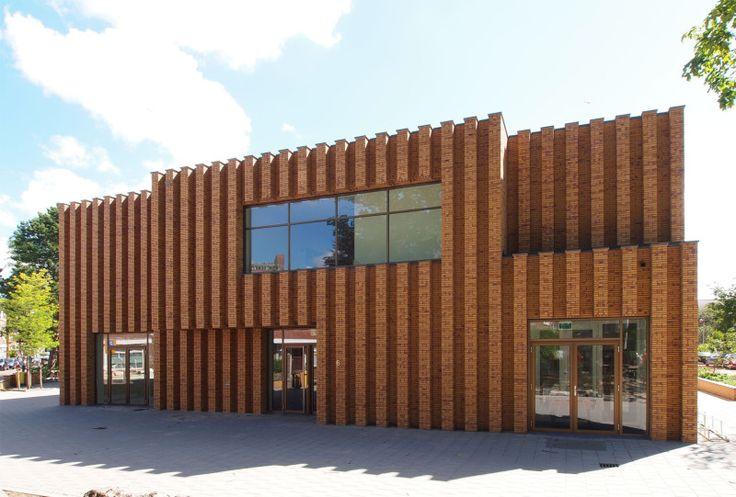 Schule in Den Haag mit einer vonLisenen strukturierten Klinkerfassade - Bauhandwerk