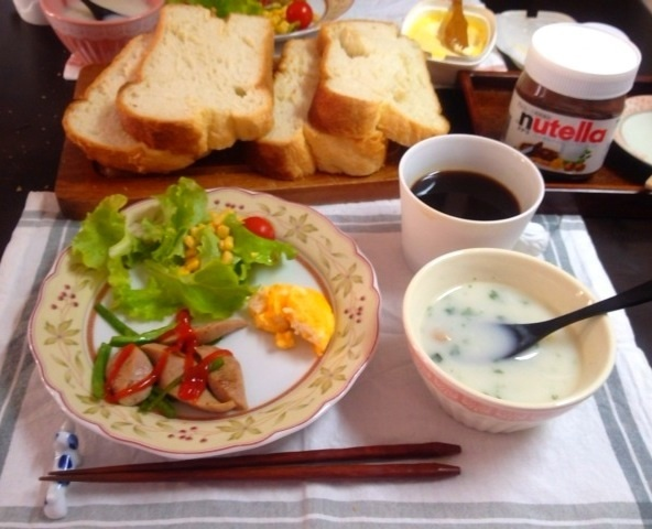 朝ごはん:久々にHBでパン焼いた。コーンレタス+トマト、ピーマンとウインナー炒め、「ポッカ」のクラムチャウダー、オムレツ?、プレスコーヒー。