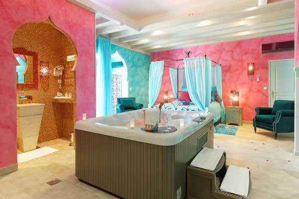 """""""La suite Taj mahal""""-Vivez la féérie de l'Inde, dans une suite d'une beauté voluptueuse , sa vue en trompe l'œil sur le Taj Mahal. l'endroit idéal pour passer une Saint Valentine en thème. www.bednspa.com"""