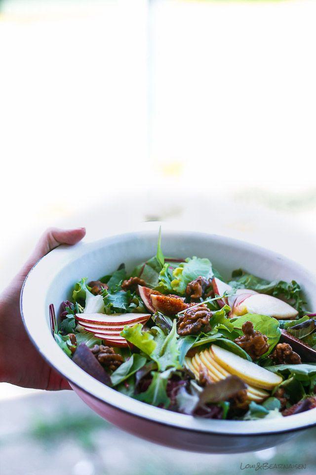 En lynhurtig salat i efterårsforklædning. Vi taler æbler, figner, nødder, dem som flotter sig i sæsonen lige nu. Uhm, sprøde, knasende æbler – er du ligeså begejstret, som jeg er? Kilovis hiver jeg hjem om ugen; morgenmad, snacks, salater, kager. Oh yea, fredagskagen er selvfølgelig en hyldest til æbler, hvad ellers! Jeg kan slet ikke...Læs Mere
