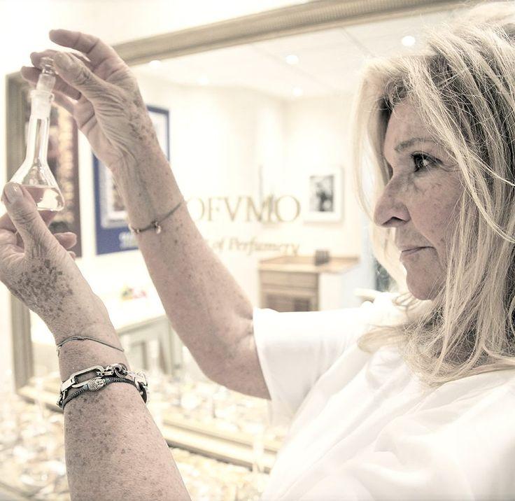 """Silvana Casoli  łącząc doświadczenie i talent tworzy perfumy dla swojej marki IL PROFVMO. """"Moje perfumy są niezbędne, żywe i niebanalne. Obejmują i poprawiają chemię skóry użytkownika. Skomponowane z rzadkich i szlachetnych esencji pozostawiają niezapomnianą zapachową wiadomość zarówno dla niej i jak i dla niego"""""""