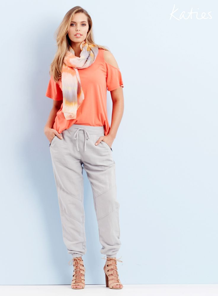 THE COLD SHOULDER TOP / cold shoulder cut out details create a super chic yet relaxed look.