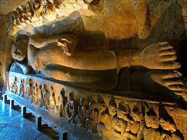 Quem vai à India  não pode deixar de conhecer Ajanta no estado de Maharashtra, um conjunto arqutetônico de cavernas, ou grutas, com esculturas e pinturas rupestres, com certeza um dos mais importantes registro sem interrupção da história religiosa do budismo, durante um período de setecentos anos. http://obviousmag.org/archives/2009/06/as_extraordinarias_grutas_de_ajanta_-_india.html