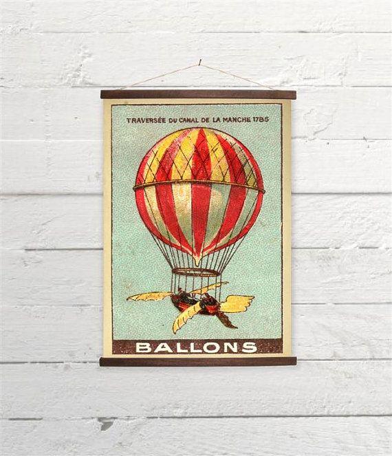 Bunte französische Heißluftballon fliegen Leinwand von BygonePress