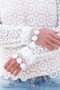 Vaste sélection de superbes blouses femmes brodées, en crochet, à pompons, ajourées, décolletées. Tunique bohème. Style hippie chic, avec différentes tailles et coloris. Chemises fluides 100 % coton ou lin.