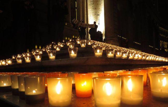 Des lumignons ont été déposés mercredi soir sur le perron de l'Hôtel de Ville de Lyon pour rendre hommage aux victimes de l'attentat contre Charlie Habdo