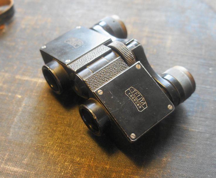 """Zeiss Telita 1. 1925. 6X18 Serial. 1286080. Telita one were produced only from 1923 to 1926. Telita two were produced from 1927 to 1943,   I 20'erne dukkede der flere meget karakteriske design frem. De var inspireret af en lille fabrik i Wedel, og de var alle bygget omkring et specielt prisme system kaldet """"Möller prisme"""". Det var meget kompakte kikkerter som blev vældigt populære, Samlingen fokucerer på de små fine Opera prisme kikkerter hvor de fleste var baseret på et andet prisme system…"""