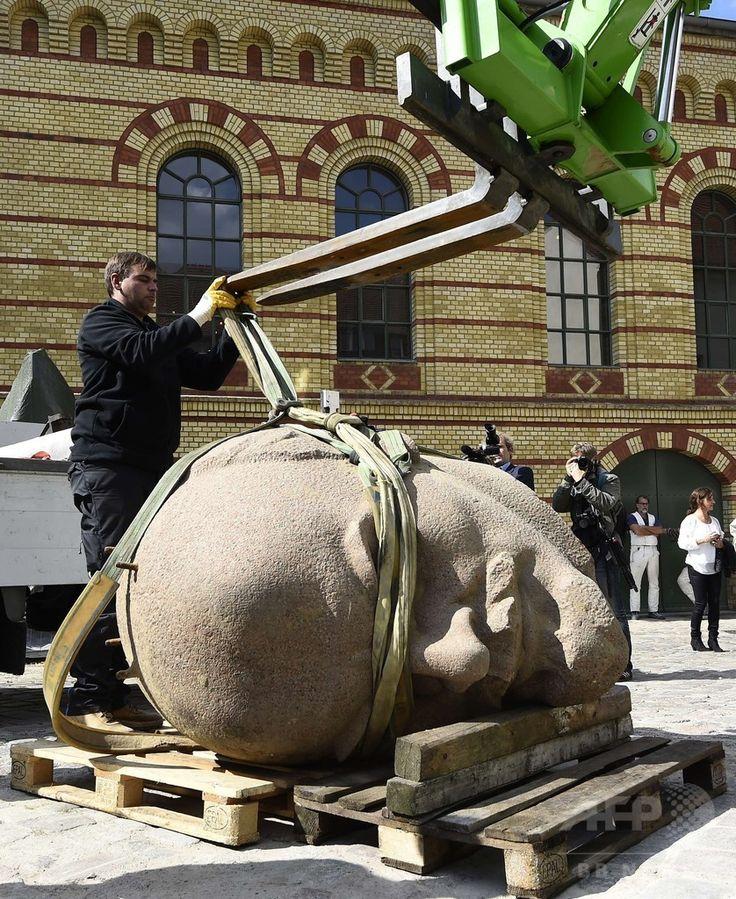 ドイツの首都ベルリン Berlin 東部の森で掘り起こされ、シュパンダウ城塞博物館に到着したロシア革命の指導者ウラジーミル・レーニン Владимир Ленин / Vladimir Lenin の像頭部(2015年9月10日撮影)。(c)AFP/TOBIAS SCHWARZ ▼11Sep2015AFP 「お帰り、レーニン」 冷戦時代の像頭部、ベルリンで発掘 http://www.afpbb.com/articles/-/3059986