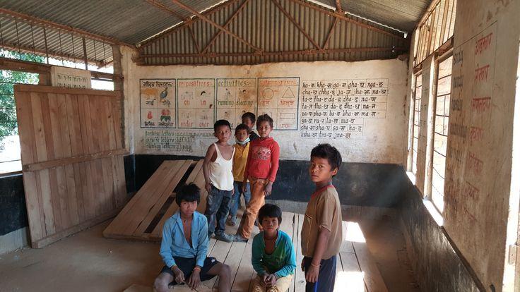 In Bhimtar, Sindhupalchok heeft Plan tot nu toe al 680 dekzeilen en 680 voedselpakketten uitgedeeld. Help Nepal: https://www.plannederland.nl/resultaten/noodhulp/aardbeving-in-nepal