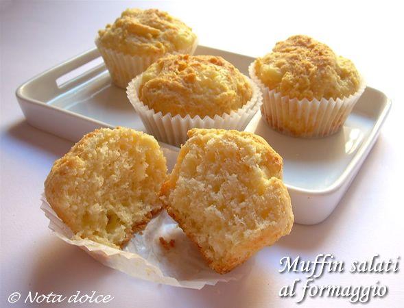 I muffin salati al formaggio sono un'ottima variante di muffin salati.I muffin salati al formaggio sono perfetti se serviti come antipasto e per un buffet.