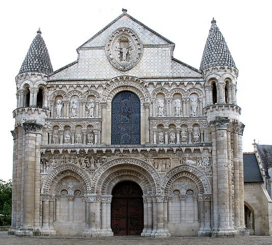 Нотр-Дам-ля-Гранд-(фр. Notre-Dame la Grande)храм римско-католич.церкви во фр.городе Пуатье.Сооружение было полн.перестроено во 2пол. XI-го столетия,в эпоху выс. романского стиля,открыто 1086г. Во второй четверти XII в. старый портик колокольни,находивш.на её переднем фасаде,разрушили, что позволило расширить церковь на запад,добавив два пролёта.В южн.части церкви построили башенку с винтовой лестницей. Именно в эт.период был сооружен знаменит.передний фасад церкви.