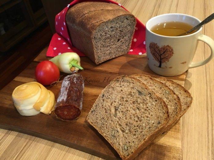 Ez a teljeskiőrlésű kenyér kovásszal és élesztővel készül, finom könnyű a tésztája, sokféle maggal van