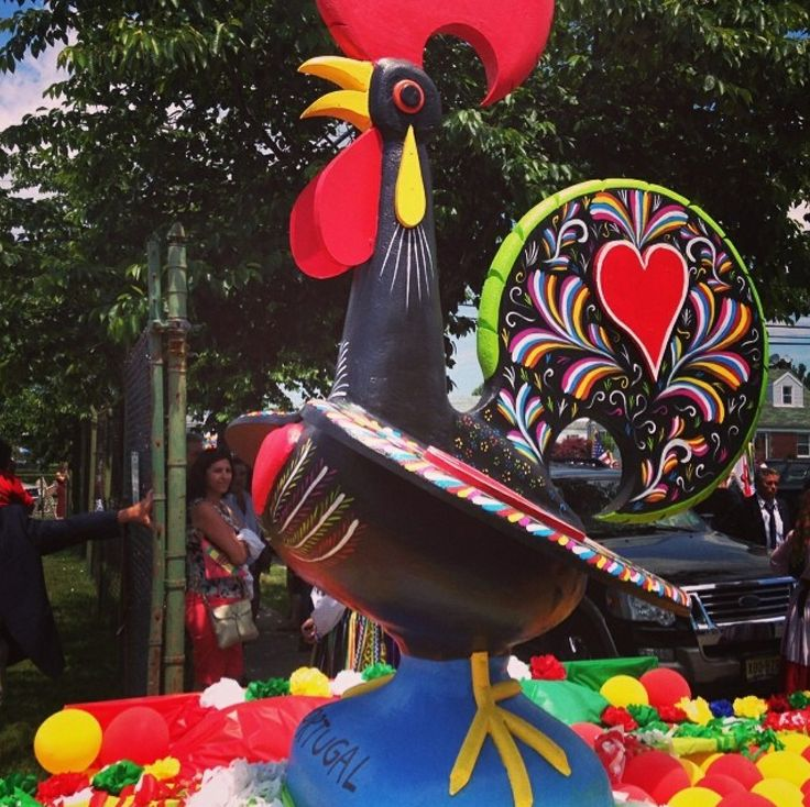 Long Island NY held its first Portugal Day Parade on June 8, 2014 in Mineola. We found pictures via Instagram and WOW were we impressed with their Galo de Barcelos float! Love it!