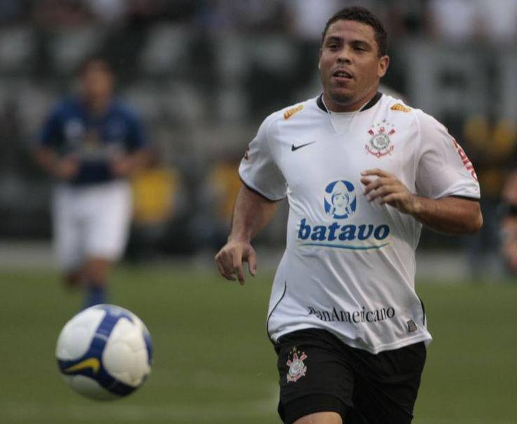 Nel 2009 Ronaldo firma un contratto con il Corinthians. Qui in azione a San Paolo il 25 ottobre dello stesso anno con la sua nuova maglia nell'incontro del  Brasileirao contro il Cruzeiro. Il Corinthians è stata l'ultima squadra del Fenomeno, che il 14 febbraio del 2011, a 34 anni, ha annunciato il ritiro dal calcio (Getty)