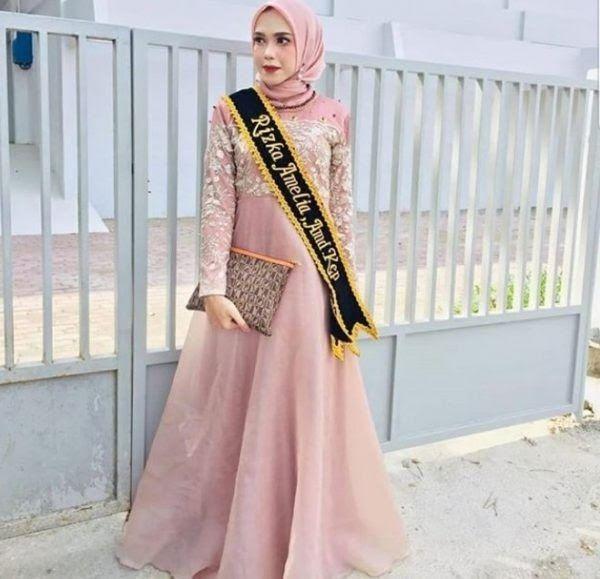 Pin Oleh Anggira Pramusta Di Kebaya Dan Gaun Di 2020 Model Pakaian Baju Muslim Model Baju Wanita