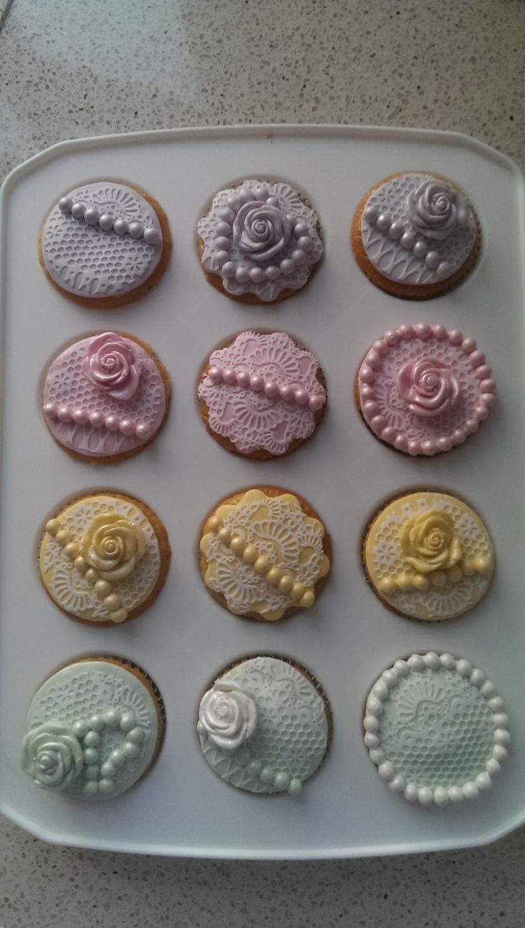 Vanille cupcakes with vintage topping