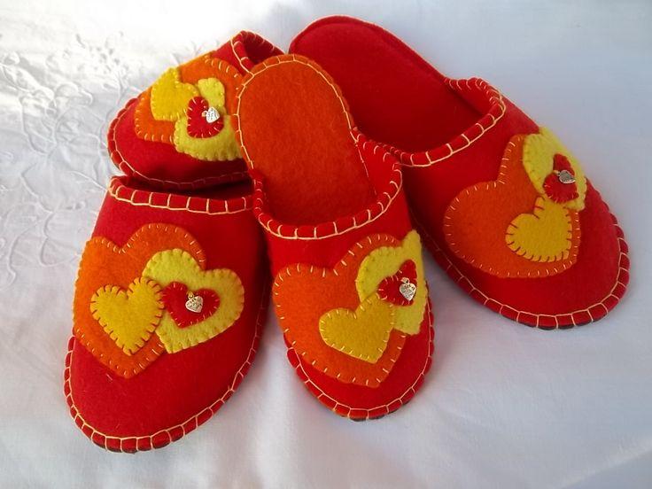 Immagine di http://4.bp.blogspot.com/-eVCchrlE574/TmRYSrbHC5I/AAAAAAAAAos/al7-9aPJzPg/s1600/39.+LOVE+COLLECTION+pantofole+in+feltro+mamma+e+figlia.JPG.