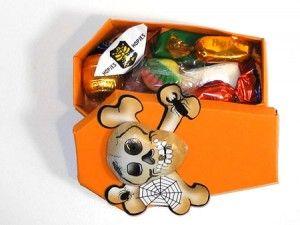 Halloween-Sarg mit Süßigkeiten gefüllt